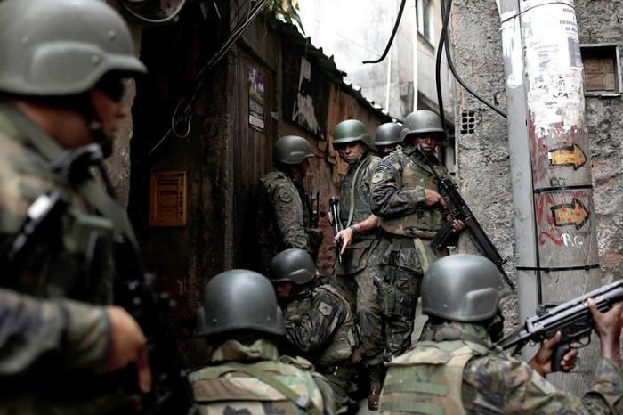 Militares do Exército na Rocinha (Crédito: Revista Veja)