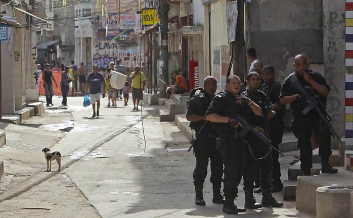 Policiais militares do Rio em ação no Alemão (Crédito: Folha de S. Paulo)