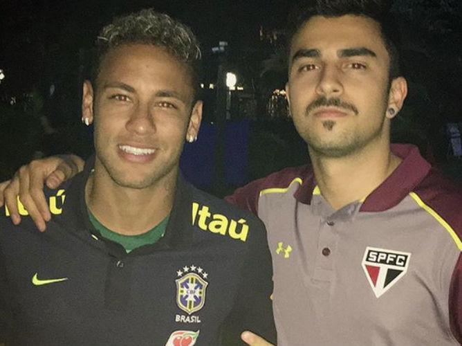 Neymar usa camisa do Palmeiras durante visita no CT do São Paulo