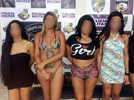 Cinco travestis agridem homem dentro de motel e ameaçam policiais