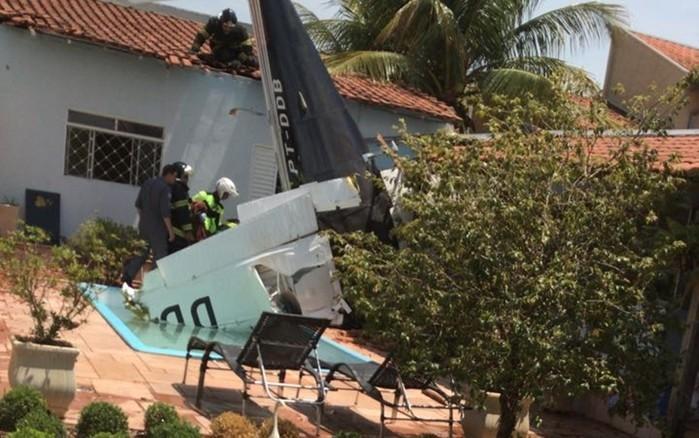 Avião cai em quintal de casa em São Paulo (Crédito: G1)