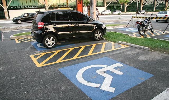 Estacionar em vaga especial sem cartão é proibido