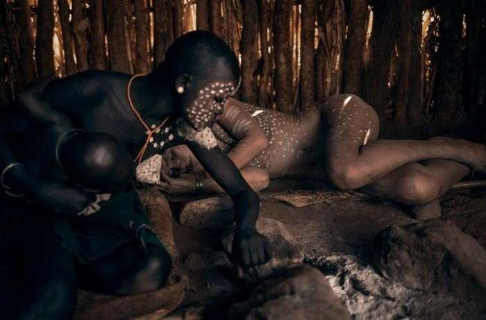Modelo Marisa Papen posa na selva africana (Crédito: Reprodução/Facebook(Marisa Papen)