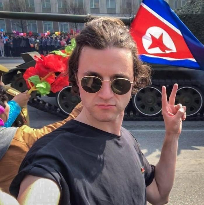 Turista faz selfie em desfile militar na Coréia do Norte e viraliza (Crédito: Facebook(Danny Dobson)