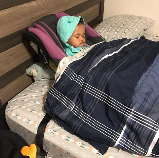 Filha dorme, pai pede ajuda da esposa e resultado surpreende (Crédito: Reprodução Twitter)