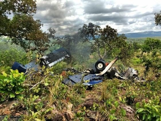 Quatro pessoas sobrevivem após avião cair e explodir em Goiás Velho