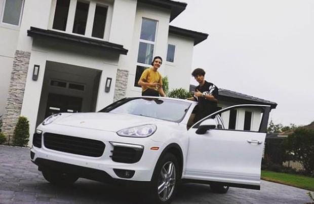 Morando nos EUA, filho de Gugu ostenta carro avaliado em R$ 728 mil