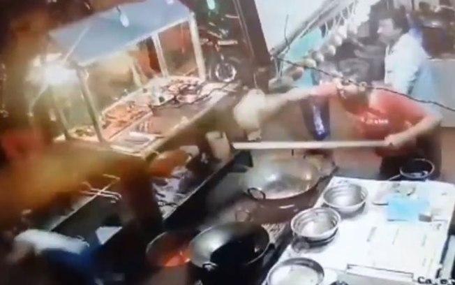Cliente é atingido com óleo quente após reclamar de refeição em restaurante (Crédito: Reprodução/protothema.gr )