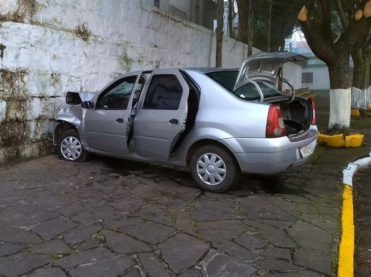Homem morre após fugir de blitz e bater carro em muro de cemitério