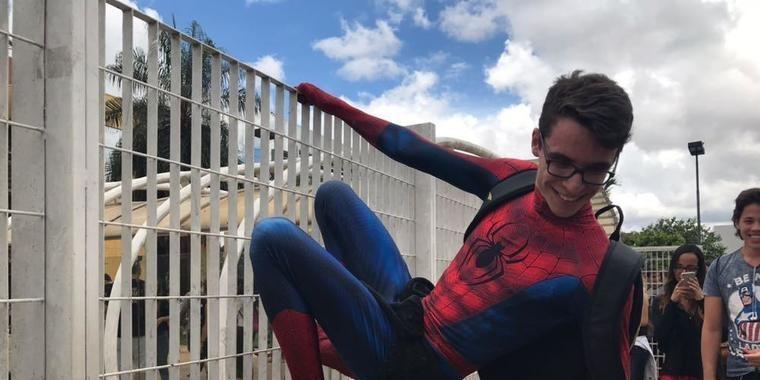 Estudante se veste de homem-aranha para prova do Enem neste domingo