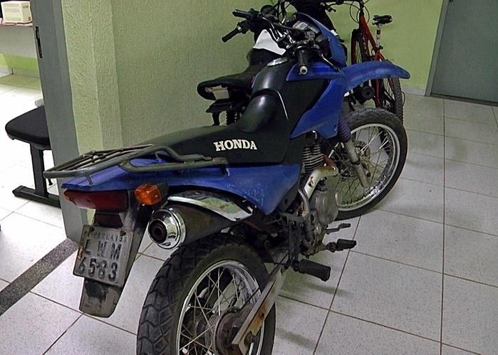 Moto roubada e recuperada pela Força Tática. (Crédito: Kairo Amaral)