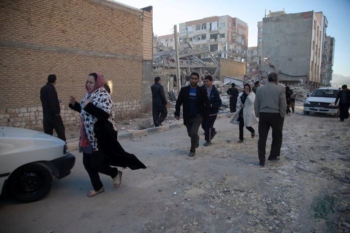 Habitantes de Sarpol-e Zahab, no Irã, buscam abrigo (Crédito: Agência de notícias Tasnim/Reuters)