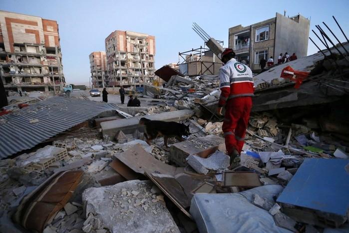 Carro destruído sob destroços (Crédito: Pouria Pakizeh/ISNA/AP)