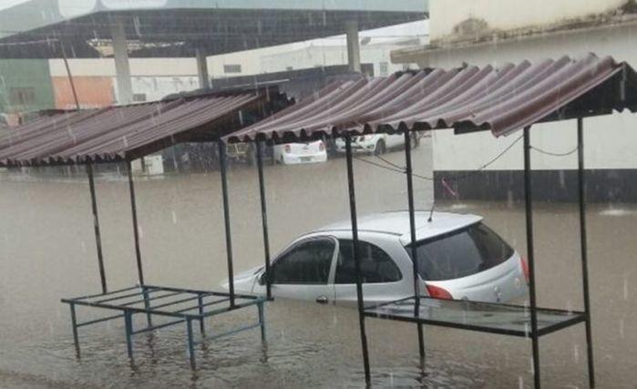 Veículo submerso após temporal em São Raimundo Nonato (Crédito: Reprodução)
