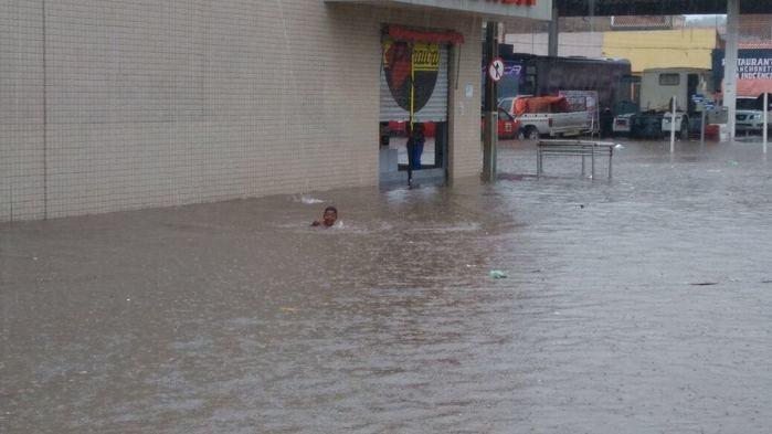 Criança nada após chuva em São Raimundo Nonato (Crédito: Reprodução)