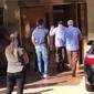 Silvio Santos ignora Carlinhos Aguiar na porta de salão; vídeo