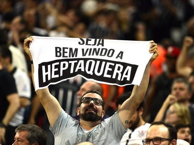 Festa do hepta do Corinthians tem faixas, sinalizadores e Ronaldo