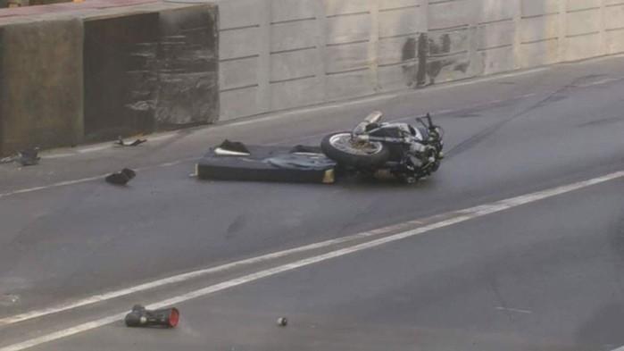 Moto e capacete de Hegarty ficaram destruídas com a violência do choque (Crédito:  Reprodução / Twitter)