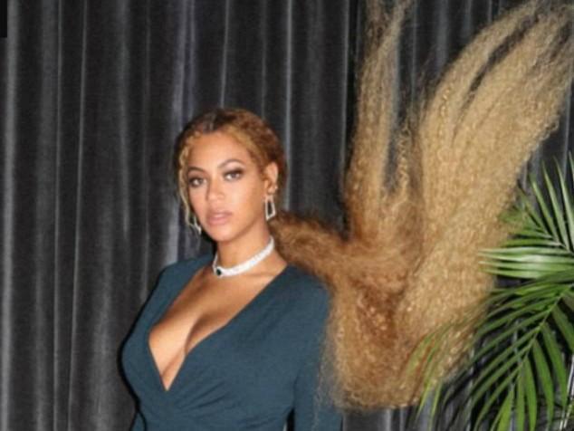 """Beyoncé chama atenção com cabelo """"muito longo"""" em casamento"""
