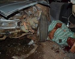 Motorista fica preso nas ferragens após acidente na BR-343
