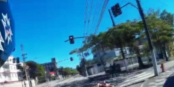 Motorista fura sinal, atinge moto com mulher e criança e foge