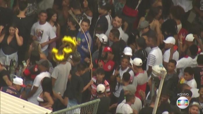 Homens mostram fuzis em festa na Vila do João, no Complexo da Maré, na Zona Norte do Rio (Crédito: Reprodução)