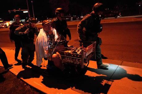 Equipe da SWAT ajuda homem a evacuar local dos tiros (Crédito: REUTERS/Rick Wilking)