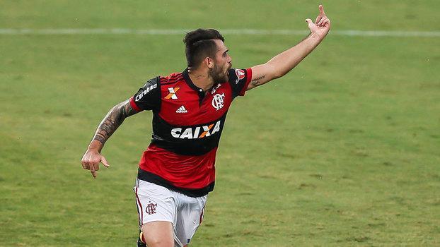 Após fazer gol pelo Flamengo, Felipe Vizeu mostra dedo para Rhodolfo (Crédito: Getty)