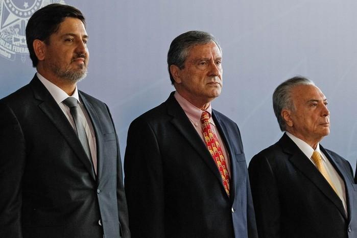 Fernando Queiroz Segóvia Oliveira (esq.), ao lado do ministro da Justiça, Torquato Jardim, e do presidente Michel Temer (Crédito: Ueslei Marcelino, Reuters)