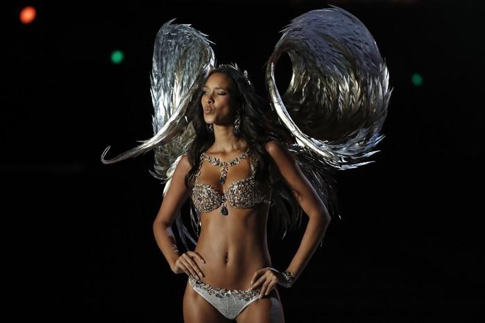 Lais Ribeiro usa o Fantasy Bra em desfile da Victoria's Secret  (Crédito: Andy Wong/AP Photo)