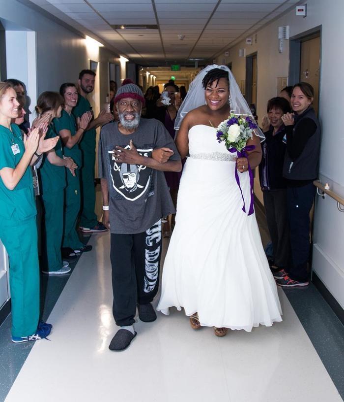 Noiva casa em hospital para ser acompanhada do pai com leucemia