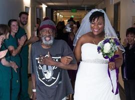 Acompanhada do pai com leucemia, noiva se casa dentro de hospital