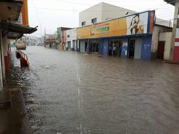 Chuvas deixaram ruas alagadas na cidade