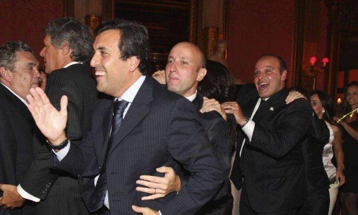 Em Paris, Georges Sadala puxa trenzinho com Sérgio Côrtes e Wilson Carlos em restaurante (Crédito: Reprodução)