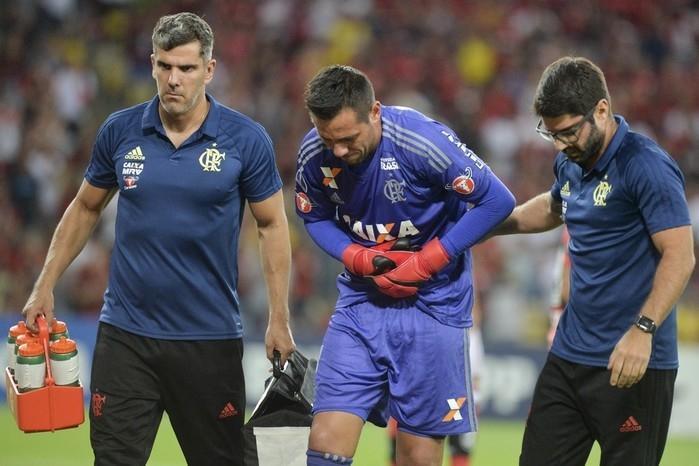 Diego Alves deixou o campo com fortes dores (Crédito: CELSO PUPO/FOTOARENA/ESTADÃO CONTEÚDO))