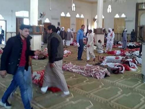 Força Aérea do Egito busca terroristas após 300 mortos em mesquita