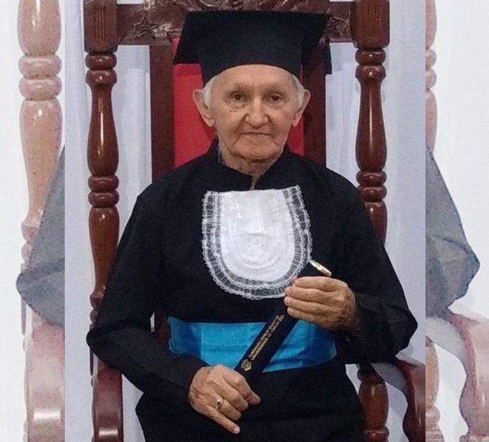 Idoso de 82 anos realiza sonho e posa de beca 41 anos após formatura