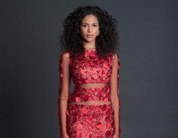 Monalysa Alcântara se pronuncia e defende vestido de Glória Coelho