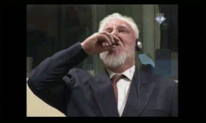 Slobodan Praljak toma suposto veneno após ouvir sua sentença em tribunal de Haia   (Crédito: Reprodução)