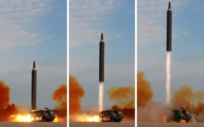 Imagens divulgadas pela agência norte-coreana KCNA mostram o lançamento de um míssil Hwasong-12 (Crédito: Reuters)