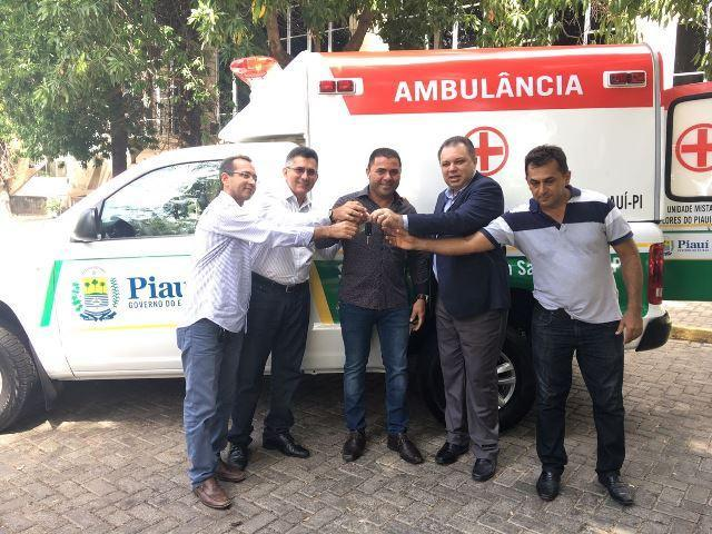 Deputado Aluísio Martins entrega ambulância para a cidade de Flores