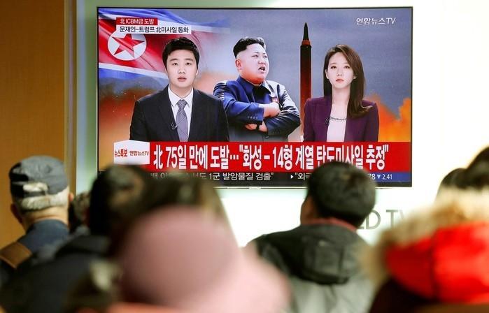 Telespectadores acompanham na Coreia do Sul nesta quinta-feira (29) notícias sobre lançamento de míssil norte-coreano  (Crédito:  Kim Hong-Ji/ Reuters)