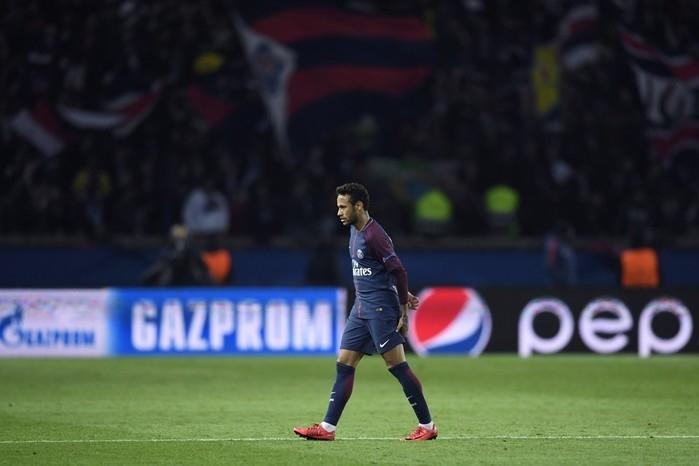 Neymar sentiu dores na coxa em duelo contra o Anderlecht (Crédito: AFP)