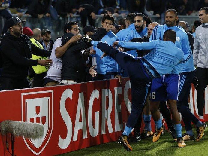 Após agredir torcedor, Evra é demitido do Olympique de Marselha
