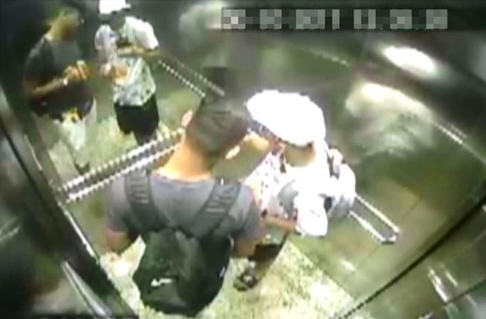 Dupla saiu do prédio com mochilas cheias e fez nova selfie  (Crédito: Reprodução)