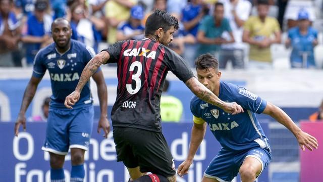 Arrascaeta marca golaço e Cruzeiro vence o Atlético-PR — Brasileirão