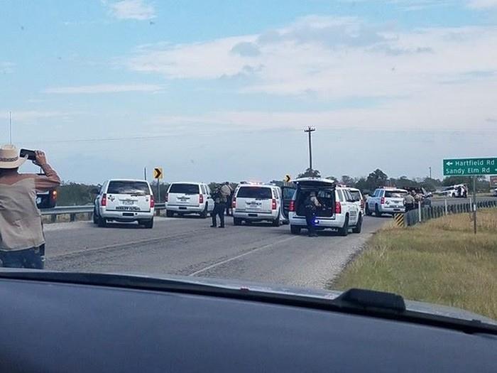 Carros de polícia são vistos em Sutherland Springs, onde atirador deixou vítimas em igreja (Crédito: Liz Summers/via REUTERS)