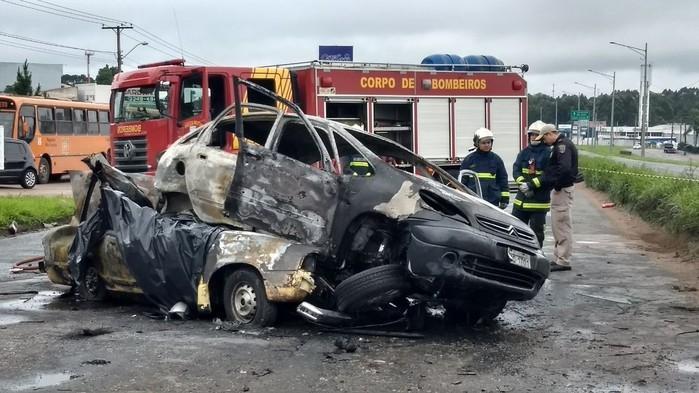 Carros bateram de frente e pegaram fogo na sequência (Crédito: RPC)