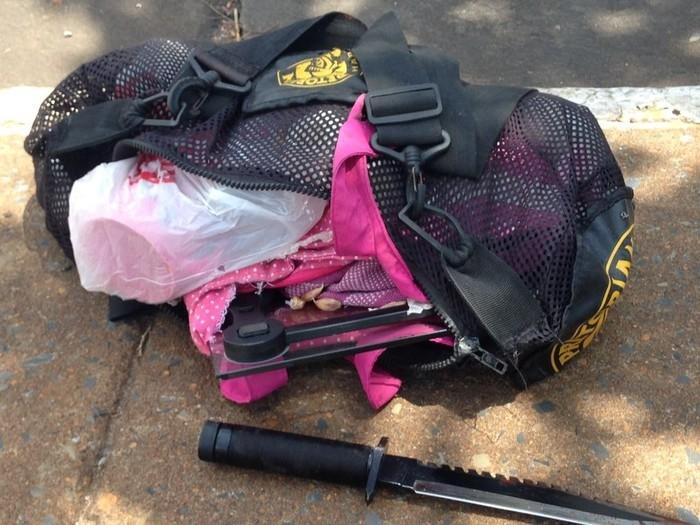 Mochila com cabeças de alho que teriam sido roubadas de casa estava perto do corpo  (Crédito:  Leandro Agostini/ Centro América FM)