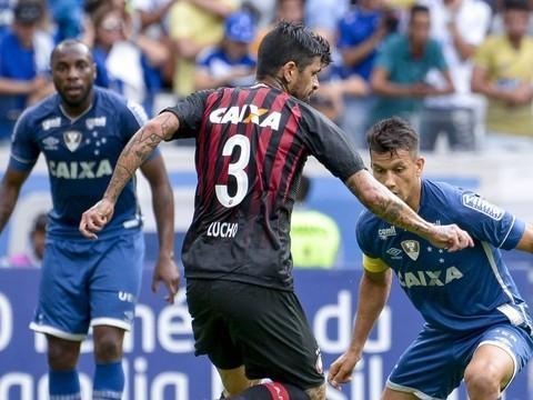 Cruzeiro bate Atlético-PR e se mantém no 'Top 5' do Brasileirão